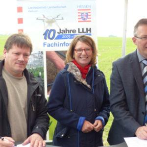 Von links: Domänenpächter Christoph Förster, Ministerin Priska Hinz und LLH-Direktor Andreas Sandhäger bei der Unterzeichnung des Nutzungsvertrages