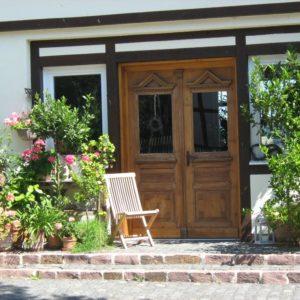 Ein ansprechend gestalteter Eingang zu einer Ferienwohnung