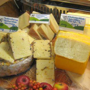 Alles Käse: Die handwerkliche Herstellung aus hofeigener Milch ist für den Kunden ein besonderes Kaufargument.