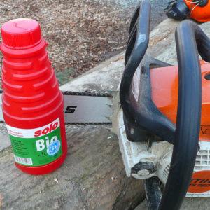 Beim Arbeiten in umweltsensiblen Bereichen sollten biologisch abbaubare Kettensäge- und Hydrauliköle verwendet werden.