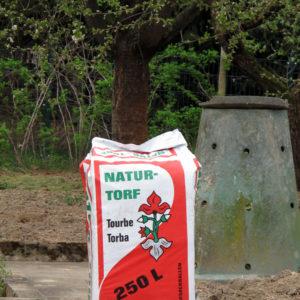 Auf die Verwendung von Torf und torfhaltigen Produkten solle aus Umweltschutzgründen nach Möglichkeit verzichtet werden. In torffreien Produkten kann dieser fossile Rohstoff durch nachwachesende Rohstoffe wie Holz- und Kokosfasern, Rindenhumus oder Kompost ersetzt werden.