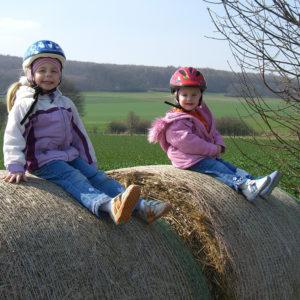 Einfache und natürliche Spielmöglichkeiten machen Kindern Freude