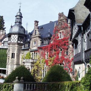 Schloss Rauischholzhausen (Innenhofseite) im Herbstlaub