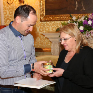 LLH-Bienenexperte Dr. Aleksandar Uzunov überreicht Marie-Louise Coleiro Preca, Staatspräsidentin von Malta, hessischen Bienenhonig