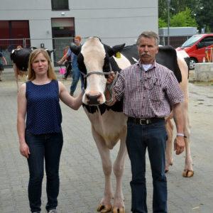 Sehr zufrieden waren Dorothee Hauck und Herbert Volke, Wetterburg, mit der 1d-Platzierung ihrer Atwood-Tochter Ready in direkter Konkurrenz zur Siegerkuh in Oldenburg.