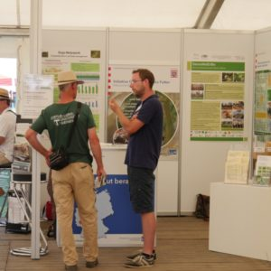 Marcel Phieler informiert zum Sojaanbau am Stand der Eiweißinitiative im LLH-Zelt