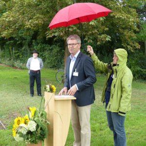 Bei Regen hielt Michael Stein seine Ansprache.