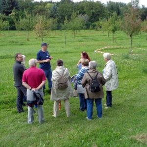 Marcel Trapp führt eine Gruppe von Besuchern durch den obstbaulichen Lehr- und Schaugarten Monrepos