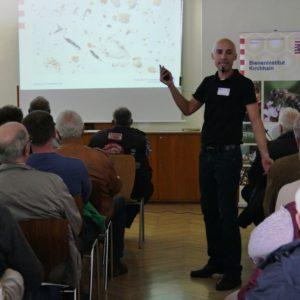 """Christian Dreher hält einen Vortrag zur """"naturnahen Varroabehandlung"""""""
