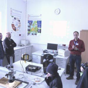 Dr. Aleksandar Uzunov informiert Besucher über die Projektaktivitäten