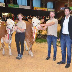 Moritz Schäfer, Airlenbach, wurde von Richter Michael Lang mit dem Siegertitel ausgezeichnet, Reservesiegerin wurde beim Fleckvieh Johanna Handke, Leisenwald.