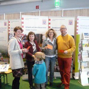 Ziehung des Gewinners des Grüne Woche-Gewinnspiels. Von Links: Yvonne Beuler (BaLuH), Sigrun Krauch (LLH), Ehepaar Becker vom Mitteltalhof in Kaufungen, die den Preis sponserten.