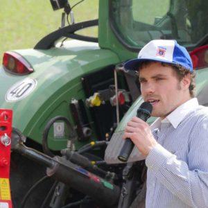 Philipp Roth, LLH Beratungsteam Ökologischer Landbau, führte durch die Maschinenvorführung am Nachmittag.