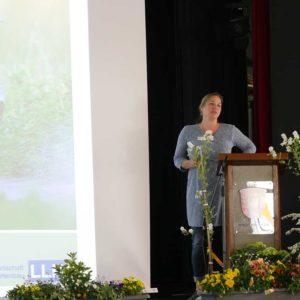 Frau Martina Behrens arbeitet daran, dass Imker und Landwirte Hand in Hand zum Wohle der Bienen zusammenarbeiten.