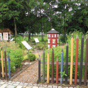 Lern- und Themengarten mit buntem Zaun