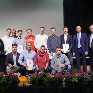 Absolventen der Berufsschule Butzbach mit Dr. Ursula Weller, Wolfgang Kröll sowie Ehrengästen.