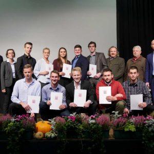 Absolventen der Berufsschule Dieburg mit Martina Bott, Franz-Arnold Beckers und Sebastian Glaser sowie Ehrengästen.