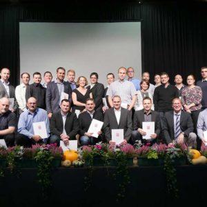 Absolventen der Externenprüfung mit Dr. Jörg Bauer und Christina Schmidt sowie Ehrengästen.
