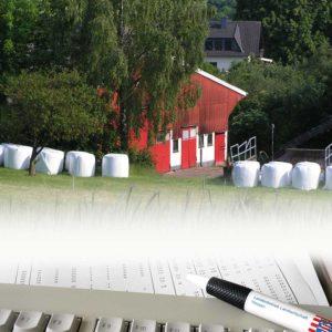 Fotomontage: im Hintergrund Bauernhof, im Vordergrund Tastatur und Kugelschreiber