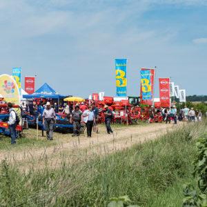 Landwirtschaftliche Maschinen, im Vordergrund Feldrandvegetation