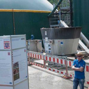 Biogasanlage, im Vordergrund links eine Infotafel