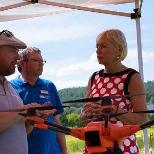 Prof. Dr. Kristina Sinemus (hessische Ministerin für Digitale Strategie und Entwicklung) mit Drohne