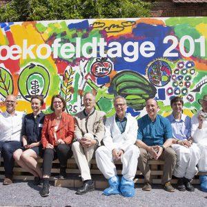 Die hessische Landwirtschaftsministerin Priska Hinz (5. von links) mit Akteuren der Öko-Feldtage vor dem fertiggestellten Kunstwerk, ganz links LLH-Direktor Andreas Sandhäger