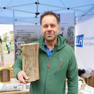 Klaus Diehl präsentierte einen angebohrten Baumstamm, der Insekten Brutmöglichkeiten bietet