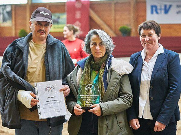 Die Vorsitzende des Pony- und Pferdezuchtverbandes Hessen, Antje Römer-Stauber (rechts) überreichte den Verbandsehrenpreis an Anja und Roland Maier; Foto: Joachim Hecker