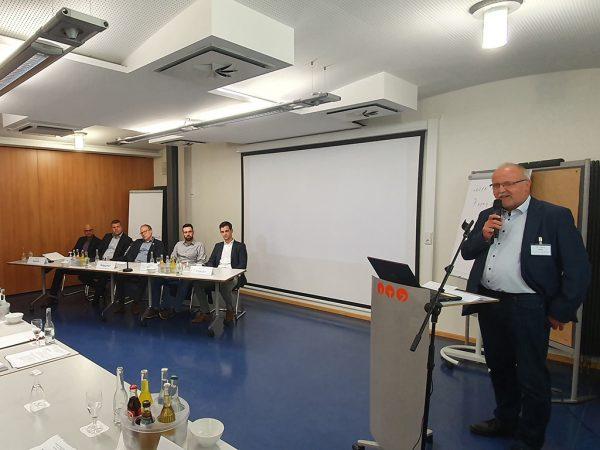 Dr. Lothar Koch (rechts) moderiert die Gesprächsrunde mit ehemaligen Absolventen (links)