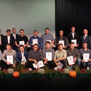 Absolventen der Berufsschule Fulda mit Herrn Stefan Kistner (Vorsitzender des Prüfungsausschusses) und Herrn Boris Krieg (Berufsschule Fulda) sowie Ehrengästen