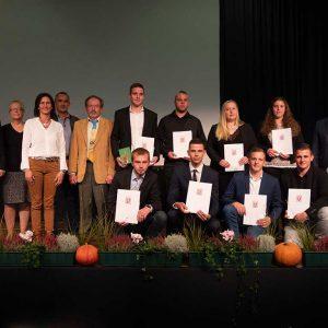Absolventen der Berufsschule Limburg mit Herrn Jürgen Engel (Vorsitzender des Prüfungsausschusses), Frau Dr. Andrea Hesse und Herrn Edgar Gemmer (Berufsschule Limburg) sowie Ehrengästen.