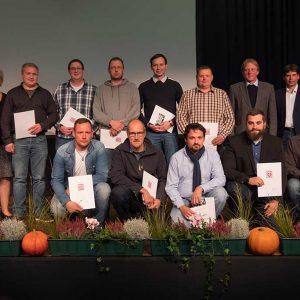 Absolventen der Externenprüfung von der Schule in Fulda mit Herrn Stefan Kistner (Vorsitzender des Prüfungsausschusses) und Herrn Harry Schelle (LLH Petersberg) sowie Ehrengästen