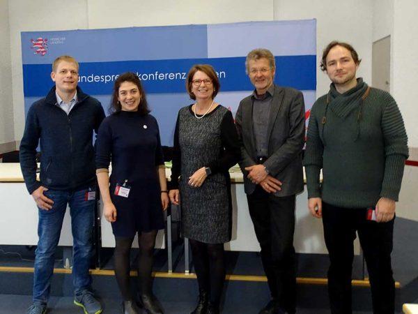 Pressekonferenz: v. l. n. r.: T. Hirsch (Landwirt), J. Schreiber (HMUKLV), Ministerin P. Hinz (HMUKLV), G. Trautmann (HMUKLV) und M. Fränzke (LLH)