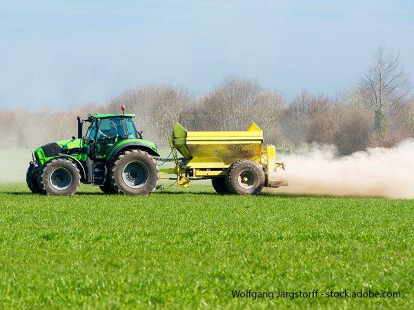 Traktor auf dem Feld bei der Kalkung