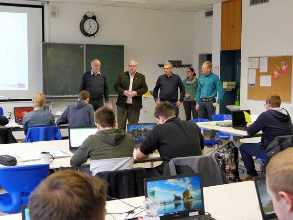 Studierende mit Lehrern und Vertretern der QLF Hessen