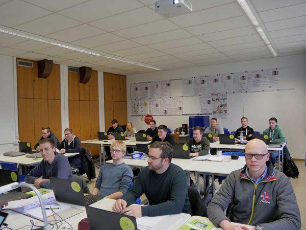 Studierende arbeiten mit den neuen Laptops