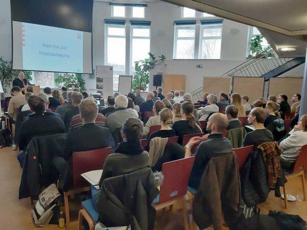 Die Teilnehmer folgen interessiert den Vorträgen