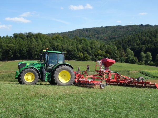 Traktor auf Weide