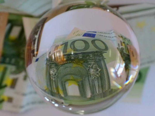 Glaskugel mit Geld