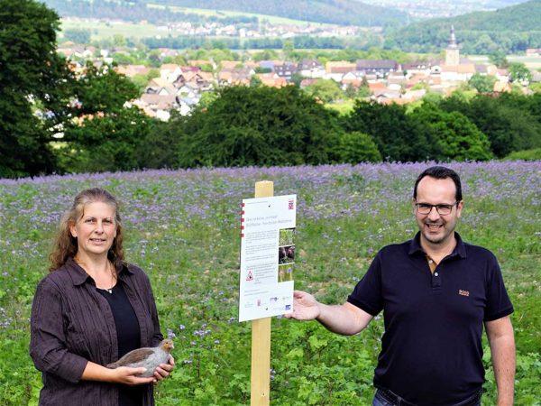 Bürgermeister Michael Köhler und Andrea Imhäuser (LLH) am Info-Schild; Foto: Nico Grochowski, Gemeinde Bad Zwesten