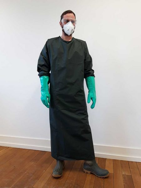 Die neue Ärmelschürze richtig getragen: in Kombination mit Atemschutz, Gummistiefeln und Handschuhen