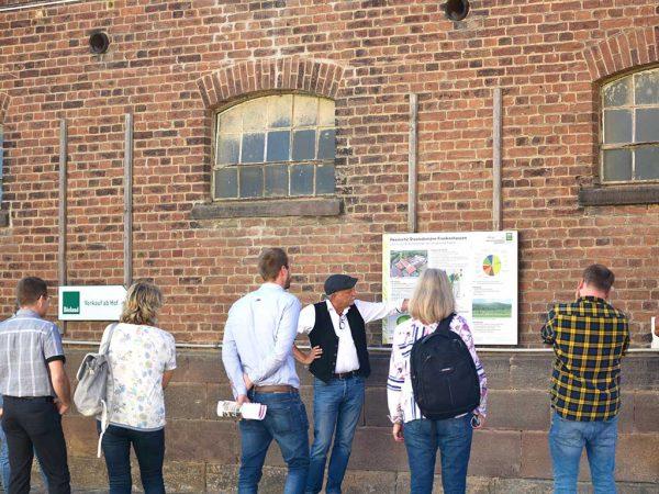 Einblicke in den ökologischen Landbau erhielten die Berufsschullehrkräfte durch Prof. Jürgen Heß, Wissenschaftlicher Leiter der Staatsdomäne Frankenhausen, bei einer Führung über den Betrieb<br />