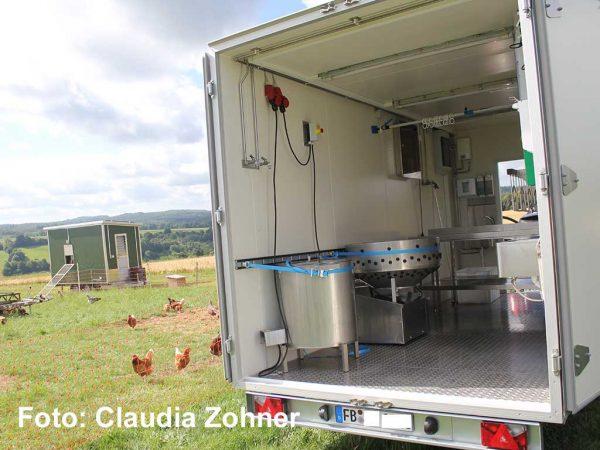 Schlachtanhänger zur mobilen Hühnerschlachtung; Foto: Claudia Zohner