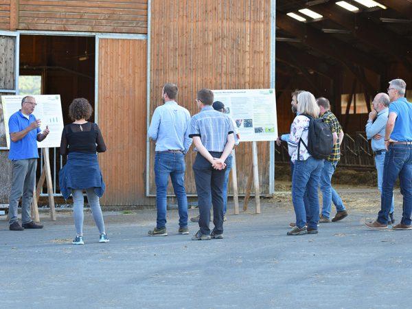 Dr. Christian Krutzinna, Geschäftsführer der Staatsdomäne Frankenhausen, erläuterte die Besonderheiten der ökologischen Milchviehhaltung auf dem Lehr- und Versuchsbetrieb der Universität Kassel