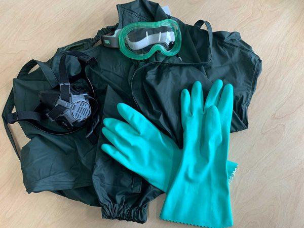 Elemente der PSA: die neue Ärmelschürze, Korbbrille, Halbmaske und Nitrilhandschuhe