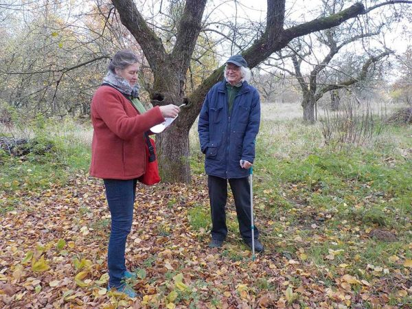 Die Vorsitzende des Pomologen-Vereins, Sabine Fortak, mit dem Preisträger Jürgen Sinnecker in seinem Heimatort Zehdenick in Brandenburg; Foto: Urte Delft