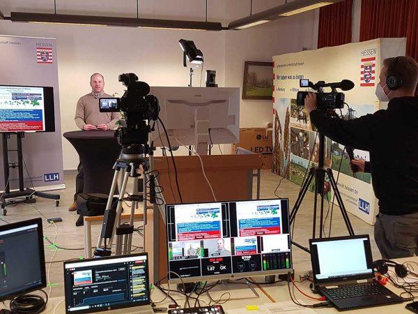 Referent beim Sachkunde-Livestream mit Kamerateam