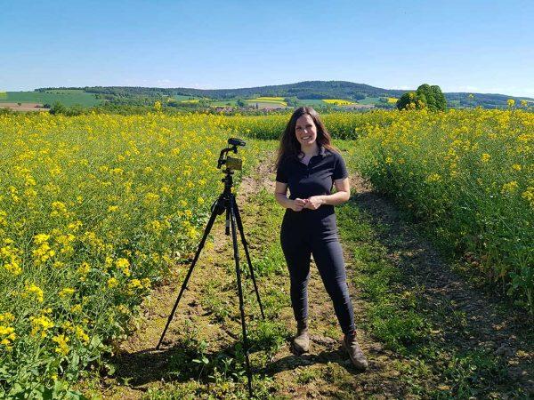 Cecilia Hüppe (Fachinformation Pflanzenbau, Versuchswesen Marktfruchtbau) beim Videodreh am Landessortenversuch Raps für den digitalen Feldtag