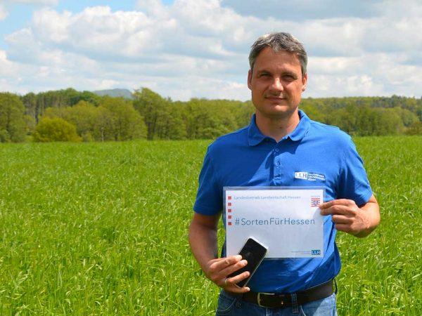 Dr. Thorsten Kranz (Fachgebietsleiter Beratungsteam Pflanzenbau) zeigt, dass im Rahmen der digitalen Versuchsfeldführung Sorteninformationen direkt abgerufen werden können